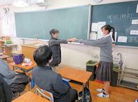 賞状を教室にて授与